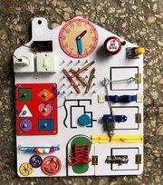 Busy board rèn luyện kỹ năng vận động tinh cho trẻ